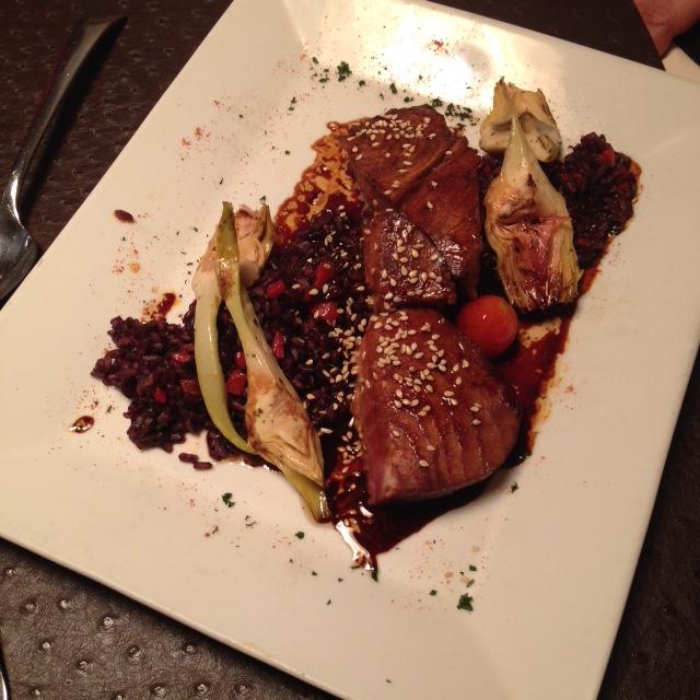 Thon mi-cuit avec une sauce japonaise